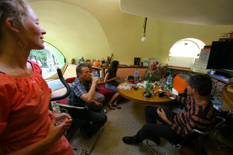 discussion autour d'un verre chez Antti Lovag
