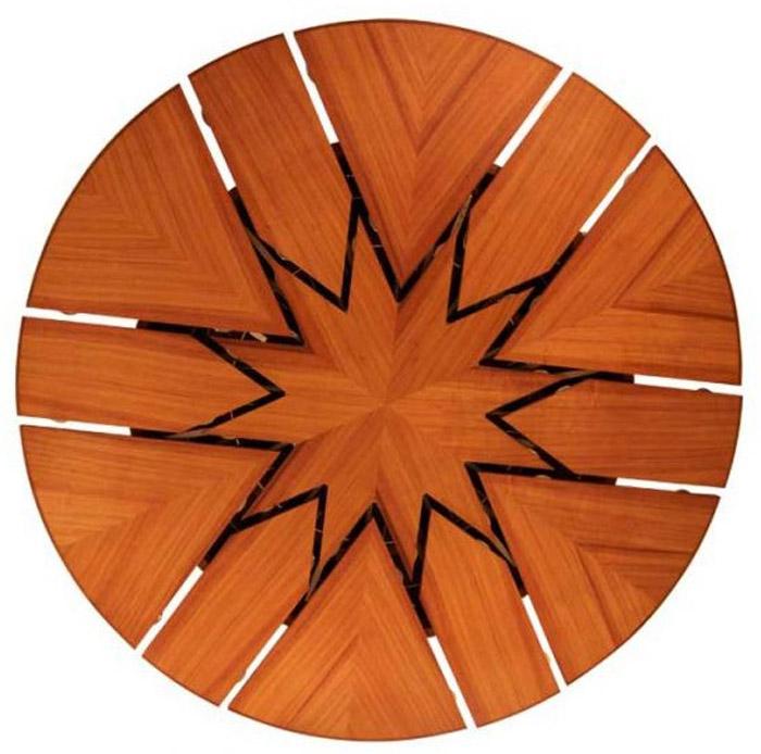 une table ronde dans la maison bulle |