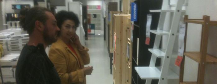 Ikea Tours, Cyril en admiration chez Ikea
