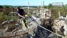 Damien passe les tuyaux dans le ferraillage