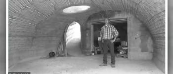 Luc Gribaldo dans son garage bulle