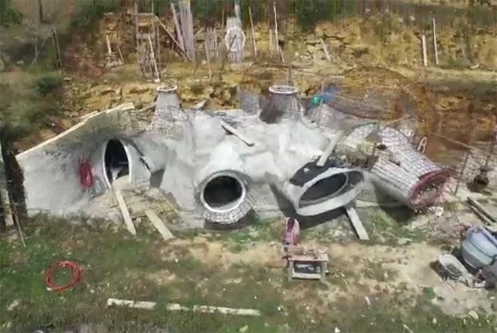 La maison bulle enterr e vue par un drone for Maison en bulle