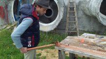 Antoine apprend a tordre les fers à la cintreuse