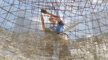 Pascal en train de lier les fers